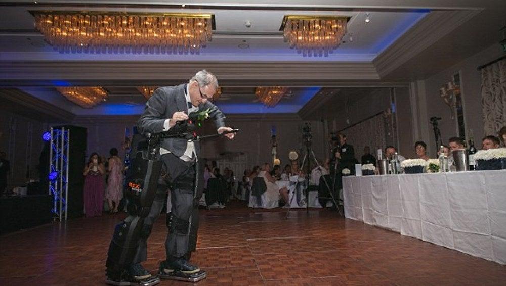 Irving Caplan, caminando gracias al traje robótico