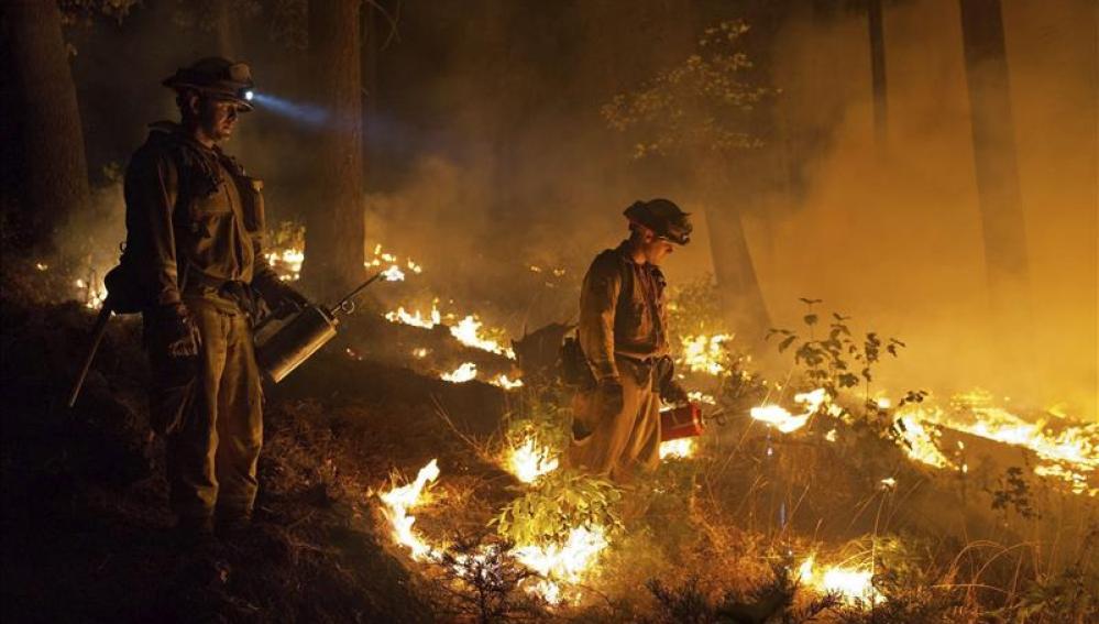 Las llamas de un incendio que arrasa el norte de California