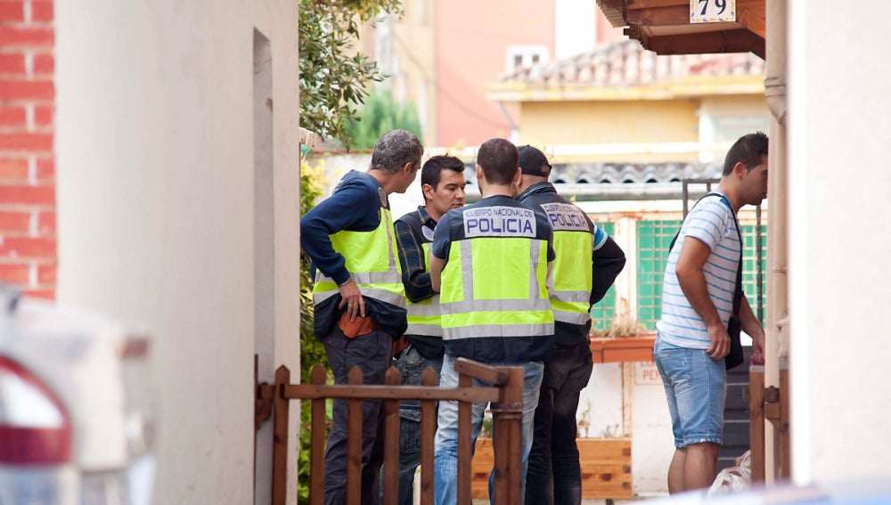 Registro que han realizado en la vivienda donde ha sido detenido hoy el presunto pederasta del barrio madrileño de Ciudad Lineal