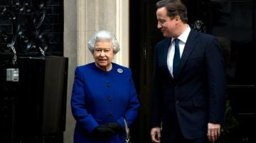 David Cameron junto a Isabel II