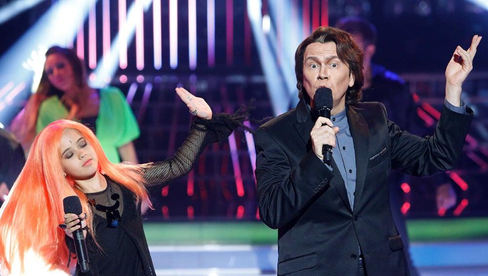 Santiago Segura y Julia imitan a Alaska y Raphael en Tu cara me suena Mini