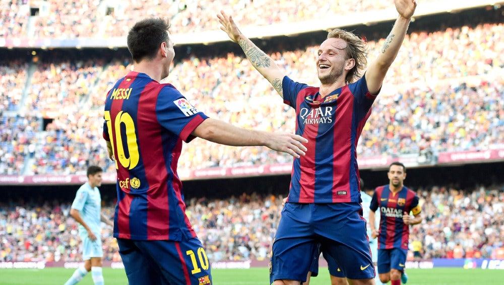 Rakitic celebra un gol con Messi