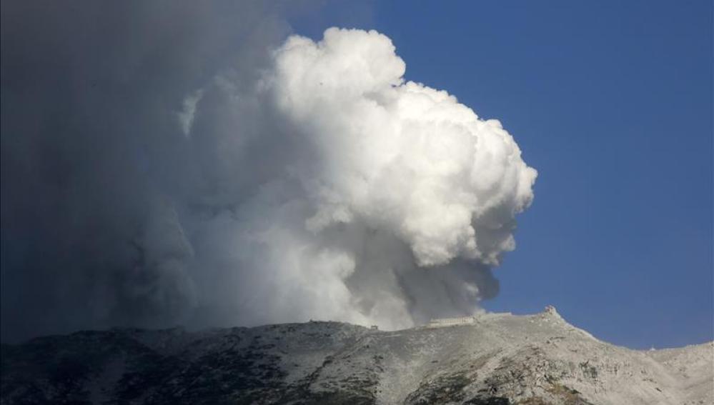 Continúan las tareas de rescate de las víctimas de la erupción del monte Ontake