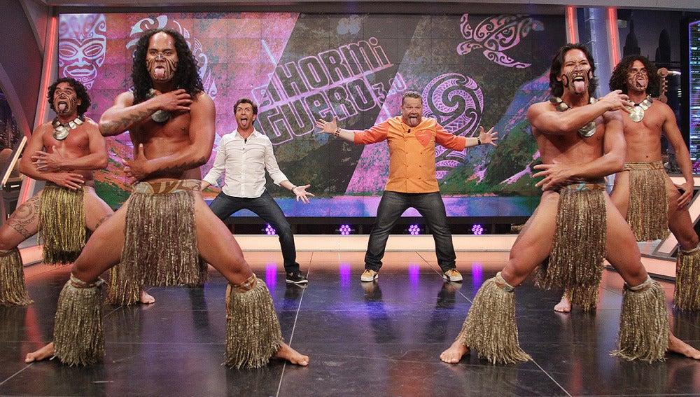 Alberto Chicote y Pablo Motos bailan la danza Maorí