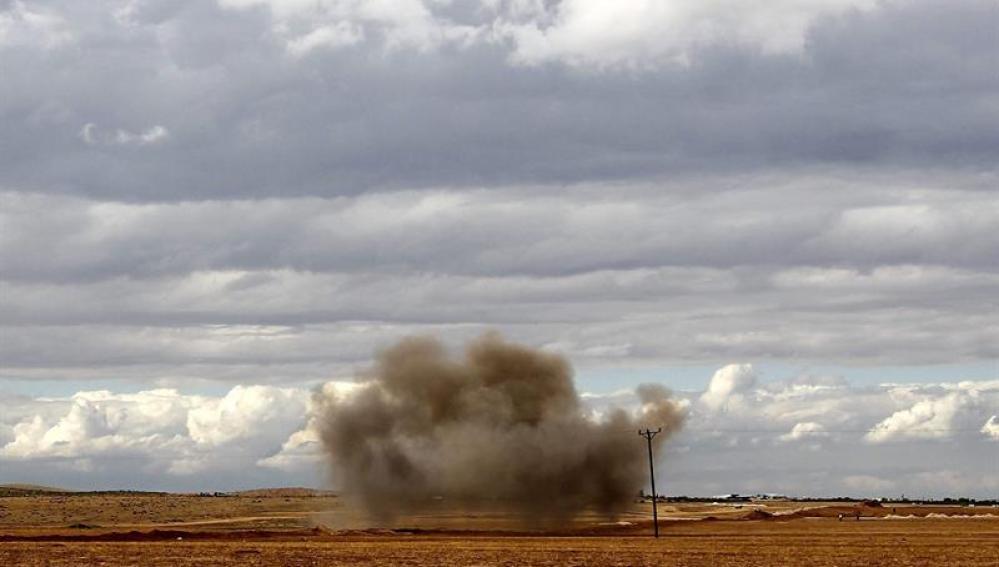 Una columna de humo se eleva después del impacto de un mortero proveniente de Siria