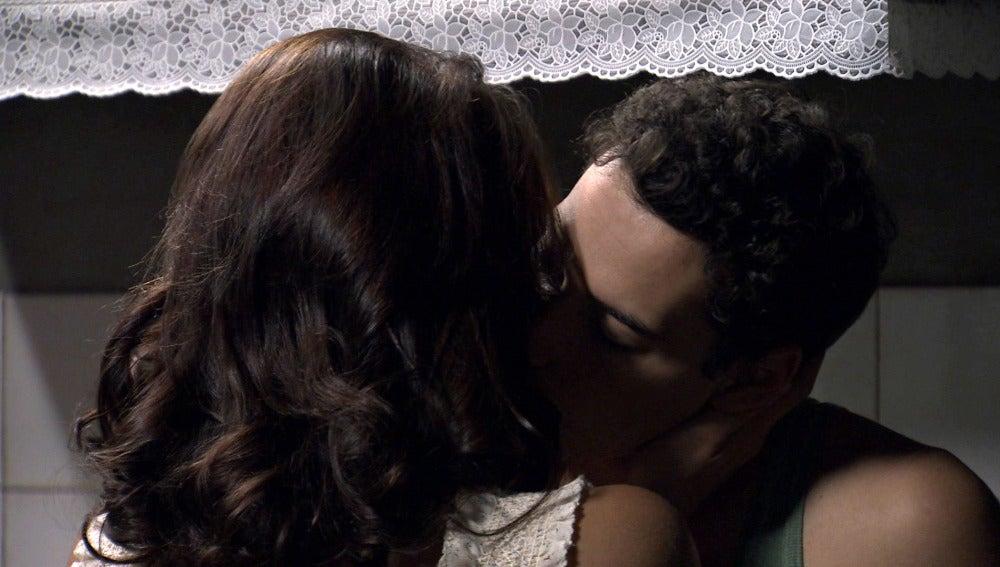 Lucía y Américo se besan
