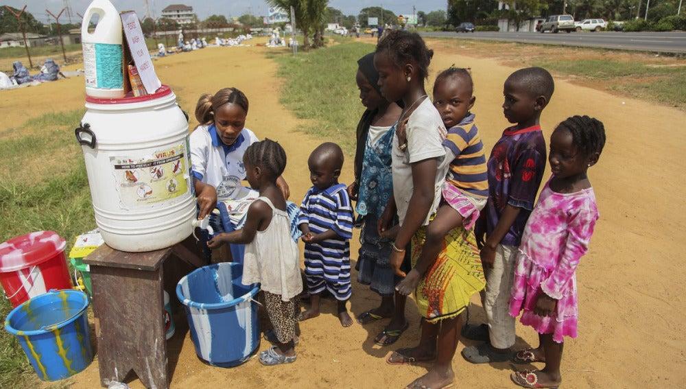 Niños aprenden a lavarse las manos