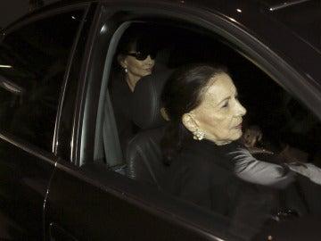 Isabel Preysler y su madre a la salida del tanatorio