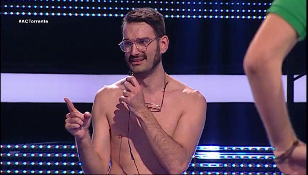 Bigotes se desnuda en Ahora Caigo
