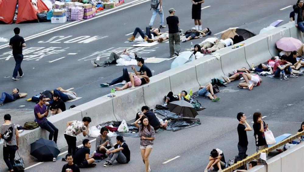 Manifestantes en favor de la democracia duermen frente a las oficinas del Gobierno