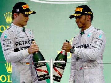 Rosberg y Hamilton, en el podio de Japón