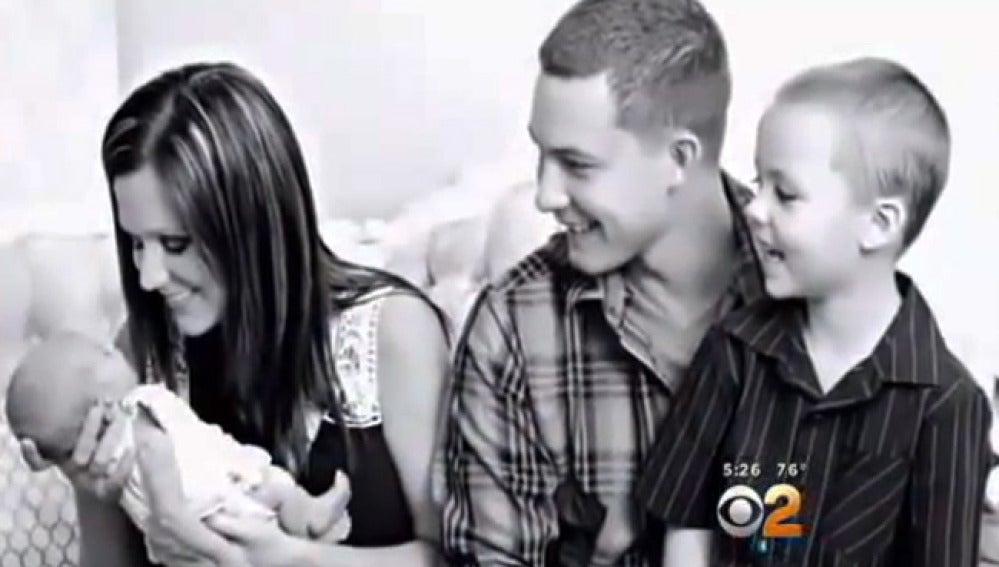 Ashley Bridges con su recién nacido y su otro hijo.