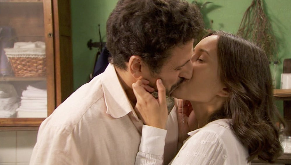 Conrado le pide a Aurora que se case con él