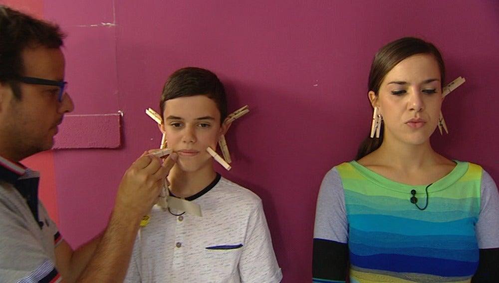 Ángel Llácer llena de pinzas la cara de Roko y José Luis en los ensayos de Tu cara me suena Mini