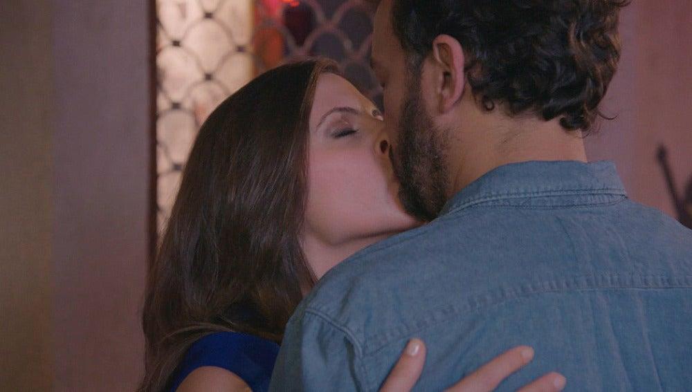 Beso entre Juanjo y Elena