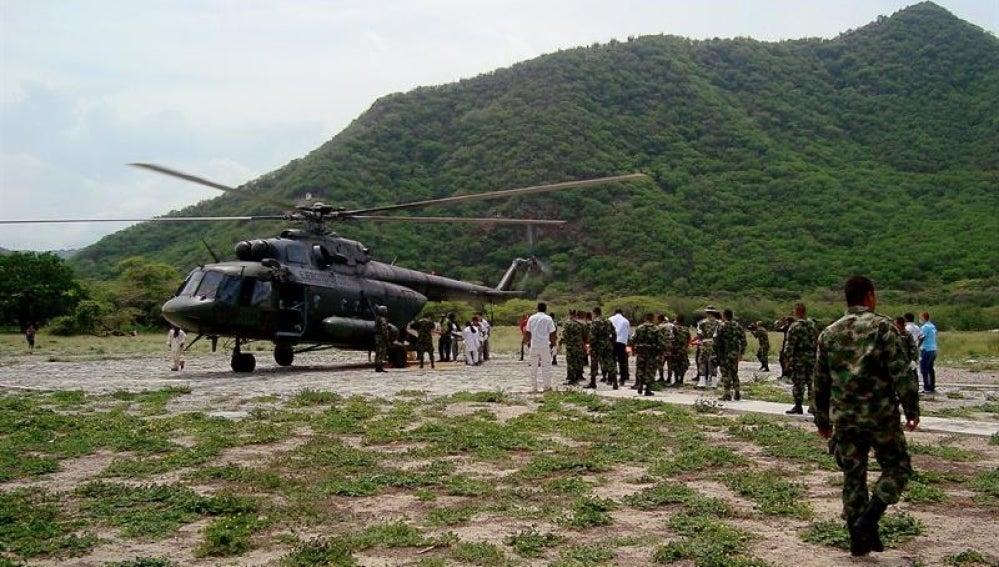 El ejército de Colombia asiste a los indígenas heridos.