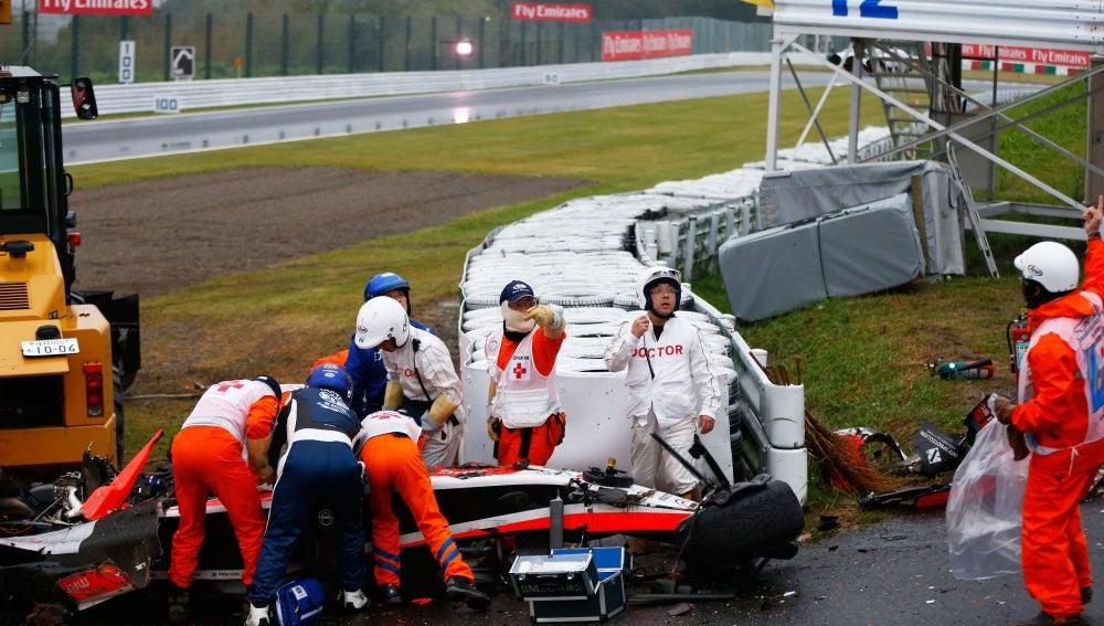 Jules Bianchi atendido en el lugar del accidente en el GP de Japón