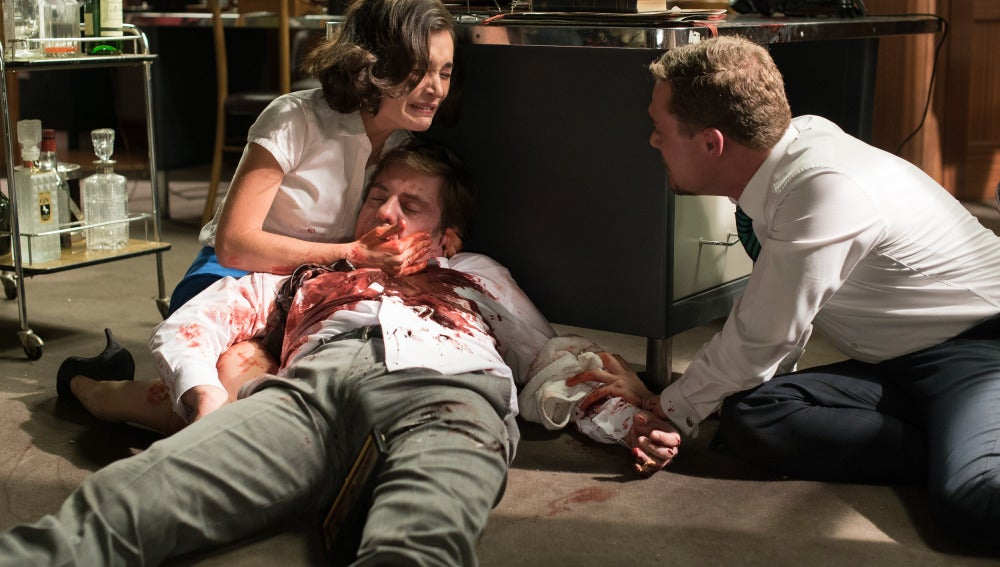 Asun llora desconsolada con Héctor sin vida entre sus brazos