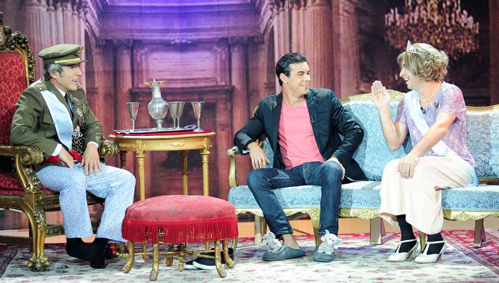 Mario Casas con don Juan Carlos y doña Sofía