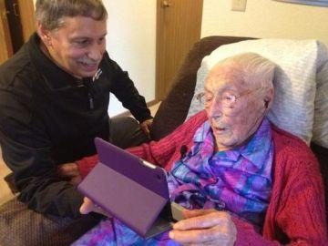 Anna juega con su flamante iPad