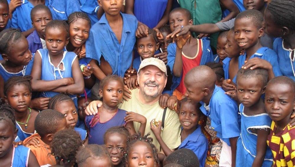 Un misionero posa junto a varios niños en Sierra Leona