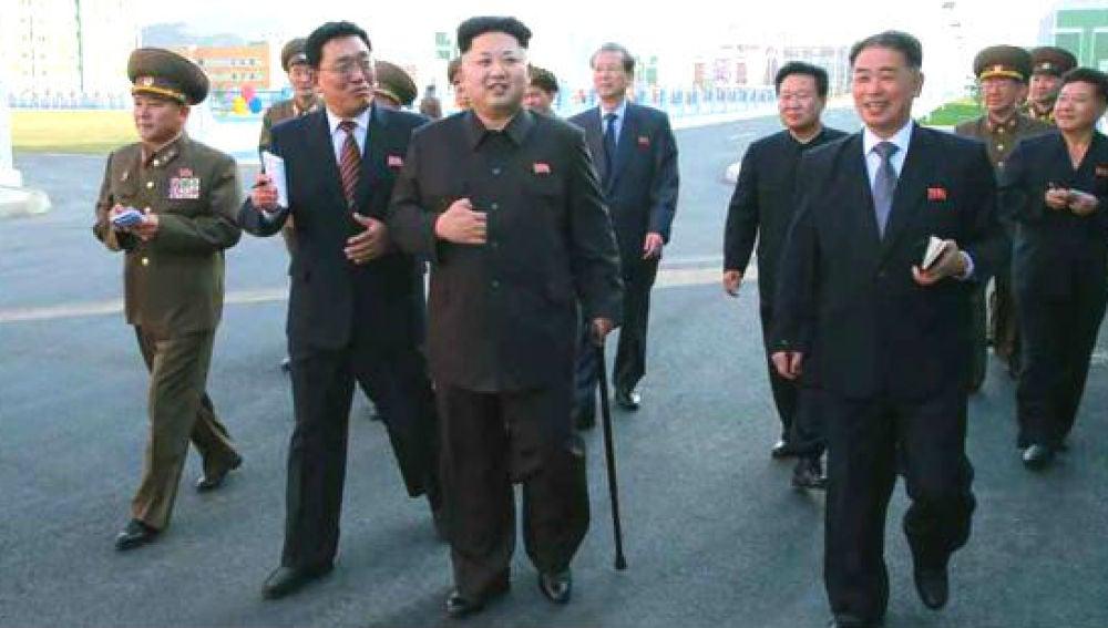Fotografía del periódico 'Rodong Sinmun' que muestra a Kim Jong-un  apoyado en un bastón.