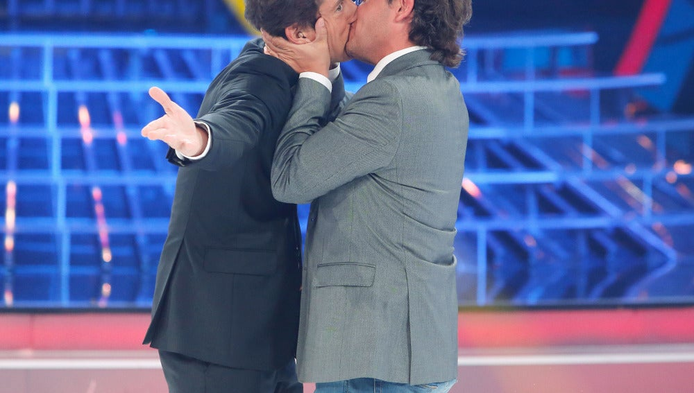 Ángel Llácer besa a Manel Fuentes en Tu cara me suena Mini