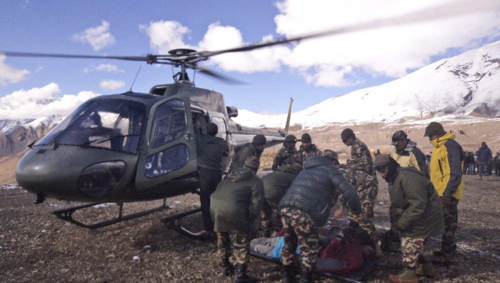 Fotografía facilitada por el ejército nepalí de un rescate