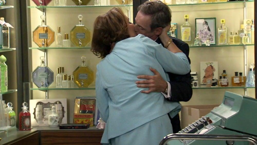 Juan sorprende a Juana y Aquilino besándose