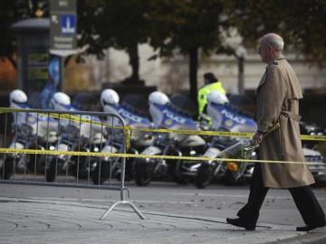 Un hombre se dispone a colocar flores en memoria del soldado asesinado por Michael Zehaf-Bibeau