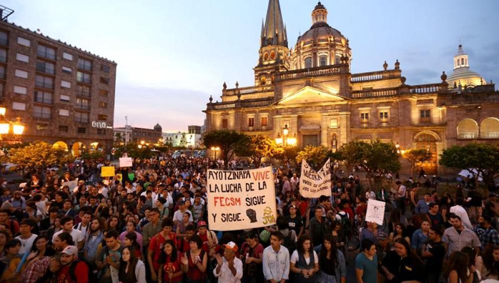 Manifestantes protestan por la desaparición de 43 estudiantes