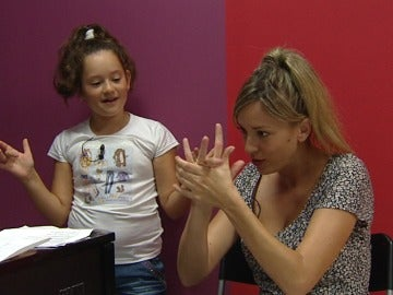 Nayra enseña a tocar las palmas a Anna Simon en los ensayos de Tu cara me suena Mini