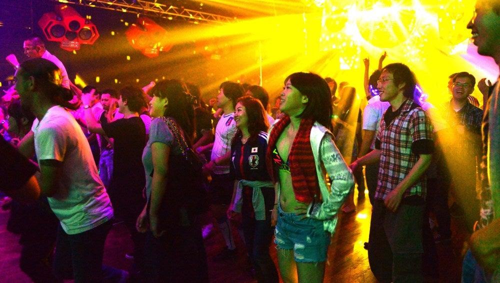 Jóvenes japoneses en una discoteca