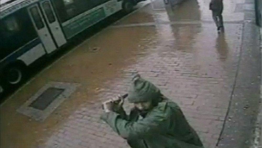 El atacante captado por las cámaras de seguridad