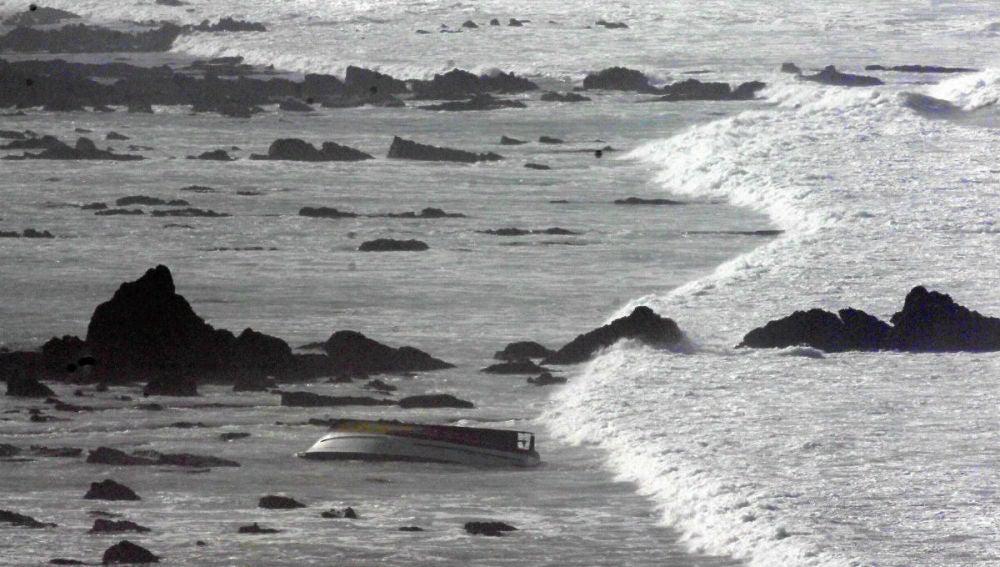 Una embarcación volcada en la costa de Vizcaya