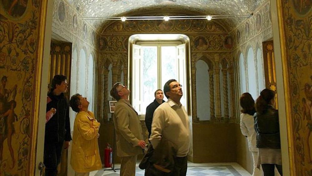 Un grupo de turistas visita el interior de Villa Torlonia, en Roma