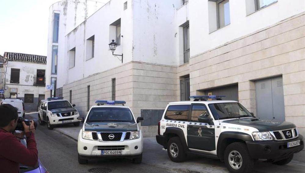La Guardia Civil vigila la puerta de acceso al garaje del Ayuntamiento de Valdemoro