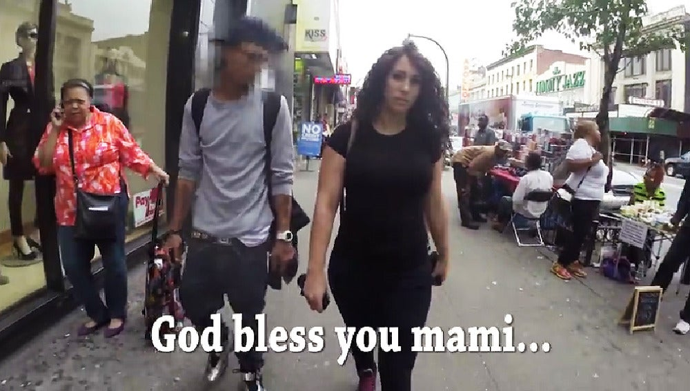 Un momento del vídeo en el que la joven es piropeada.