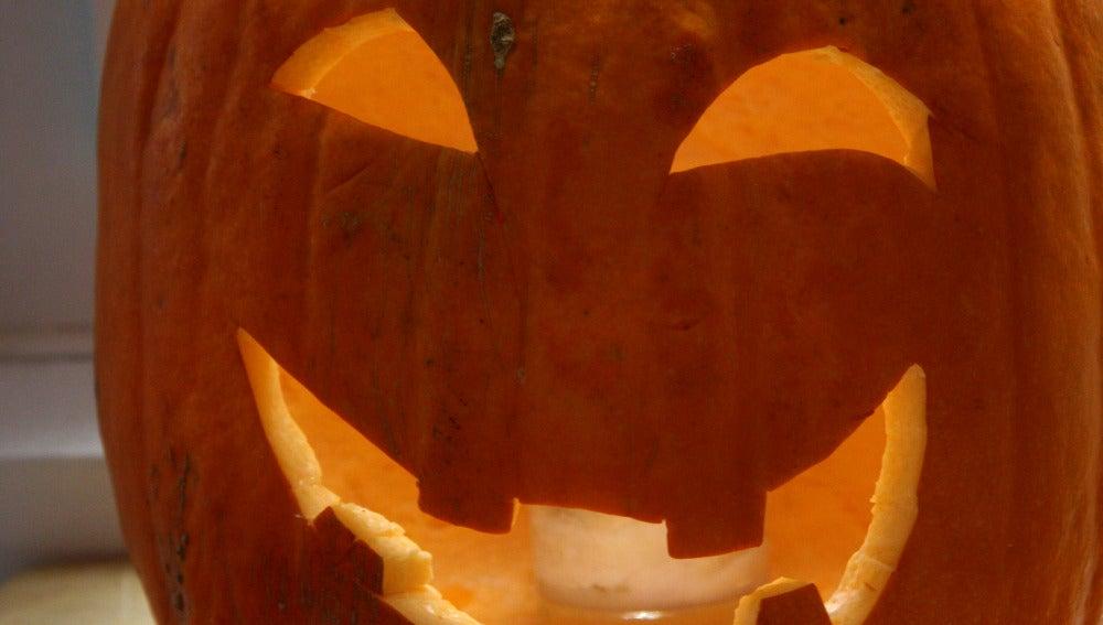 Una terrorífica calabaza de Halloween, lista para asustar.