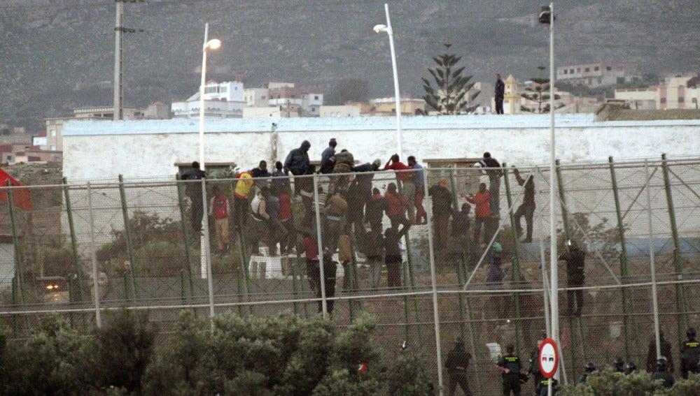 Los inmigrantes bajan de la valla