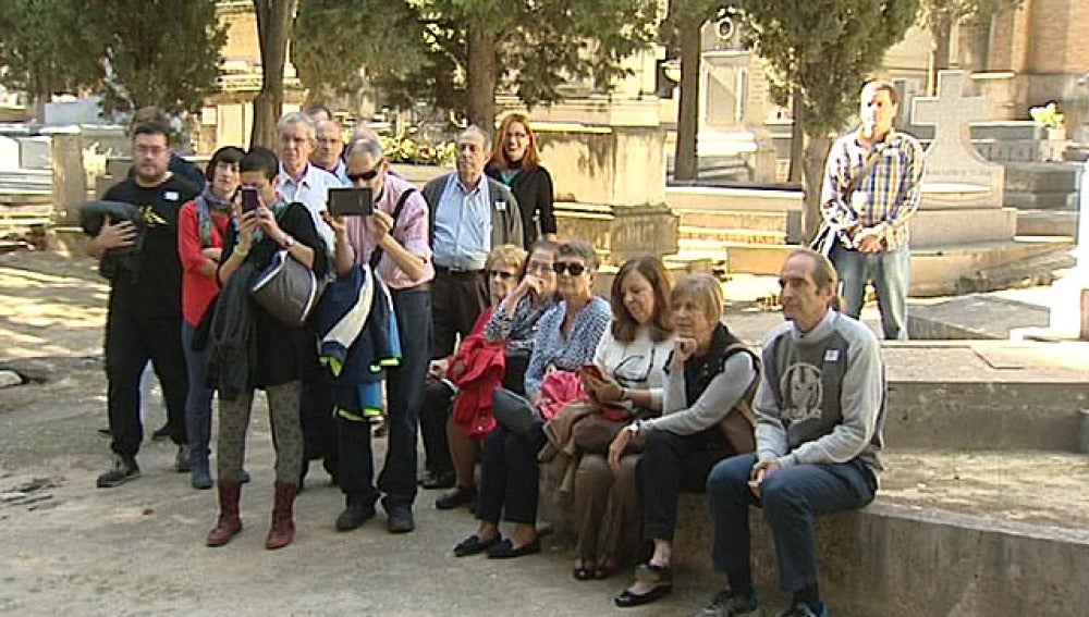 Varias personas participan en una ruta turística por un cementerio