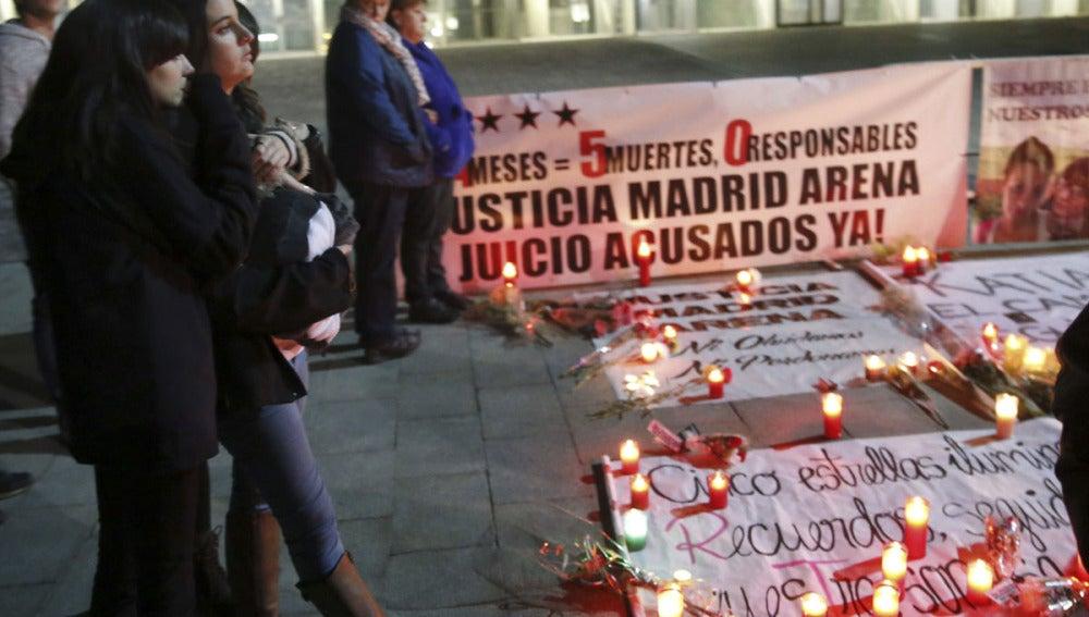 Varias personas participan en el acto en memoria a las cinco fallecidas en el Madrid Arena