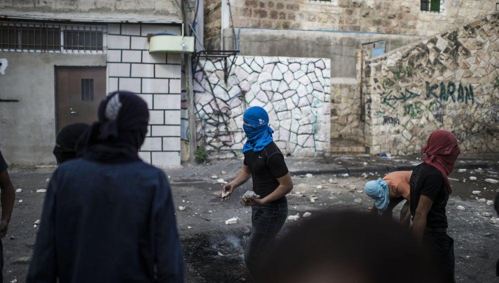 Palestinos tiran piedras en Jerusalén