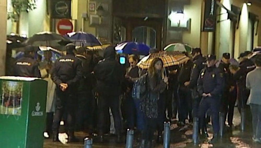 Agentes de policía en la entrada del Ateneo de Madrid