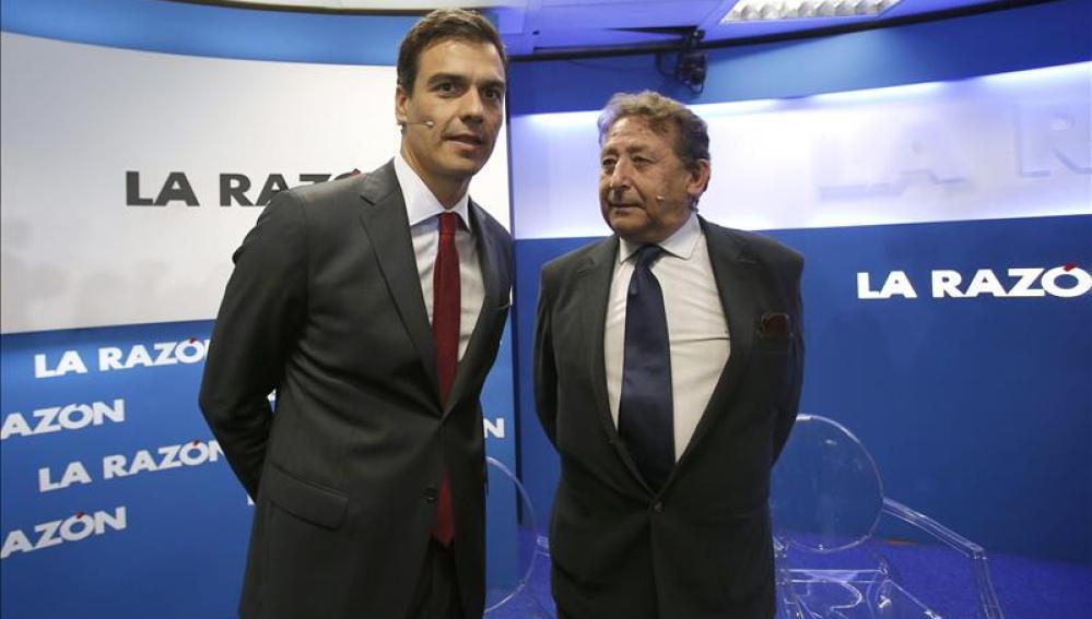 El secretario general del PSOE, Pedro Sánchez, conversa con el periodista Alfonso Ussía