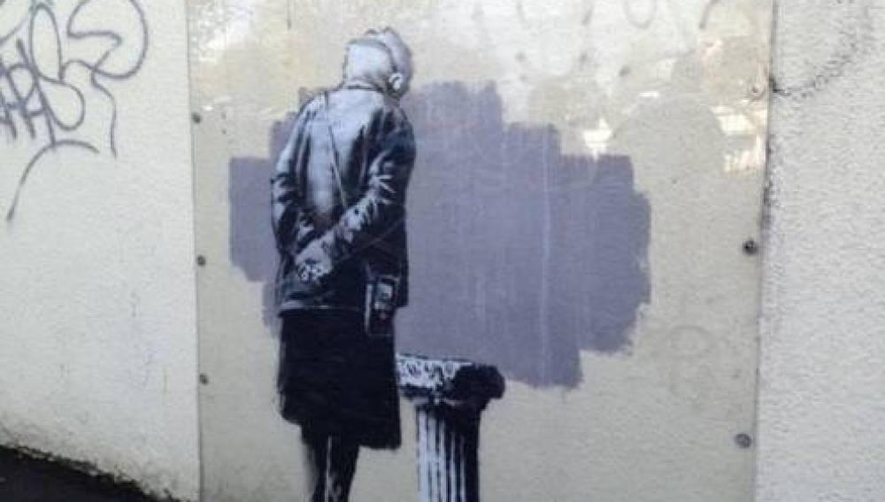 Anciana mira un pedestal vacío