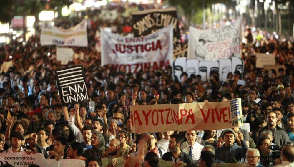 Miles de ciudadanos marchan por los 43 jóvenes desaparecidos en Iguala, México