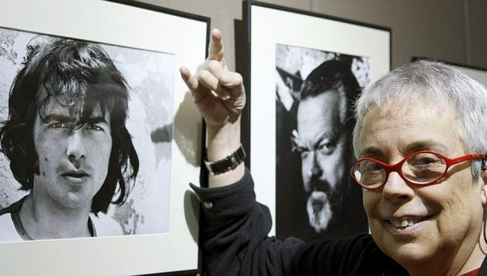 La fotógrafa Colita junto a alguna de sus obras