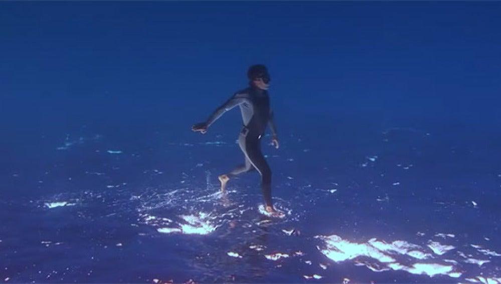 Hombres caminando sobre el agua o volando sobre las olas en 'The Ocean Brother