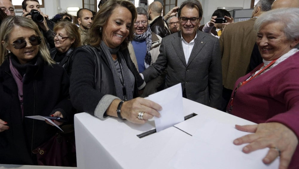 El presidente de la Generalitat, Artur Mas mira a su esposa Helena Rakosnik votar